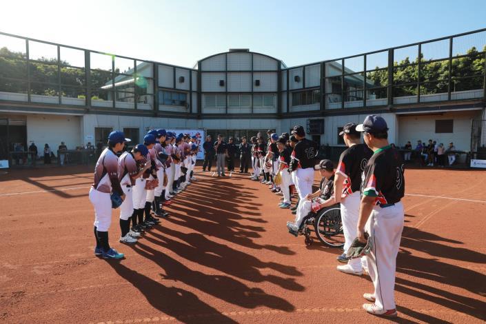戰神身障黑隊 VS 台北御聖女子棒球隊賽前列隊致意