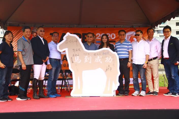 蔡副市長(中)、應曉薇議員(右5)、中華馬協理市長許安成(左5)及其他與會貴賓為活動簽名留念.JPG