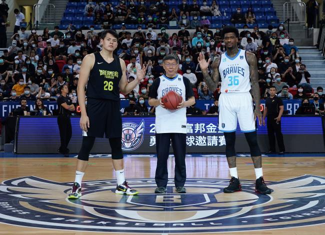 柯市長為本市冠名隊伍「臺北富邦勇士籃球隊」擔任開球嘉賓(左為寶島夢想家李德威、右為臺北富邦勇士賈西亞)