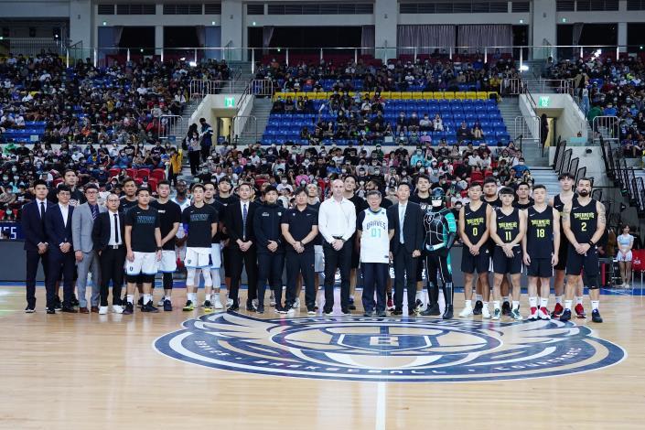 柯市長與臺北富邦勇士及寶島夢想家全體球員、教練及隊職員賽前合影