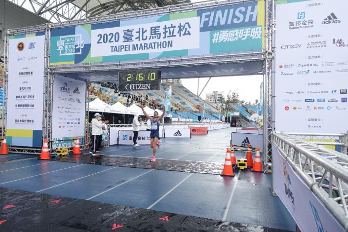 07臺北馬全馬男子組季軍選手 TIIDREK NURME 抵達終點瞬間.JPG