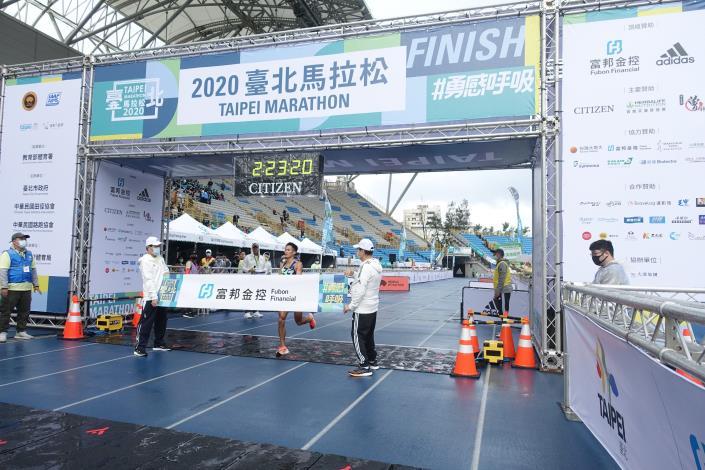 08臺北馬全馬國內男子組首位選手 周庭印(第7名) 抵達終點瞬間.JPG