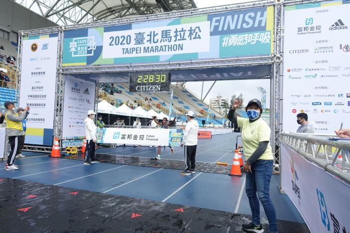 09臺北馬全馬女子組冠軍選手 ASKALE M. WEGI 抵達終點瞬間.JPG