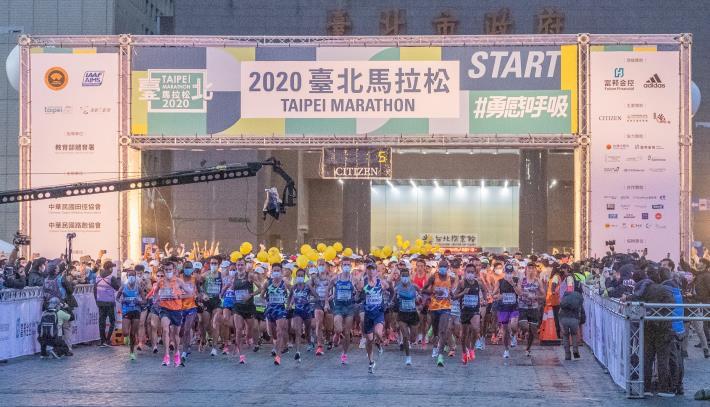 2020臺北馬拉松今天盛大開跑,共2萬8千名跑者一起勇感呼吸。(2)