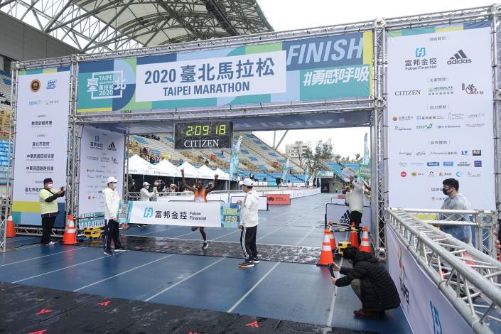 05臺北馬全馬男子組冠軍選手 PAUL K. LONYANGATA 抵達終點破大會紀錄瞬間.JPG
