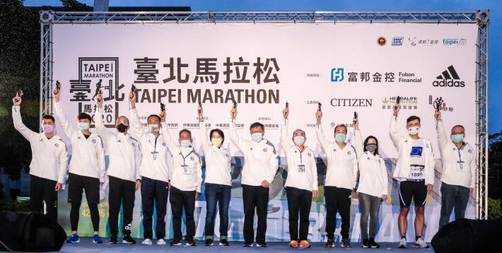 臺北市市長柯文哲(左七)、副市長黃珊珊(左六)與所有來賓一同為2020臺北馬拉松鳴槍