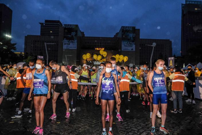 臺北馬拉松邀請國外菁英選手參賽,賽前在起跑區也依防疫規定拉開一公尺距離。