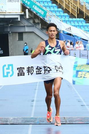 臺灣好手周庭印以破個人PB的2小時23分21秒成績奪得馬拉松男子組臺灣選手第一名佳績