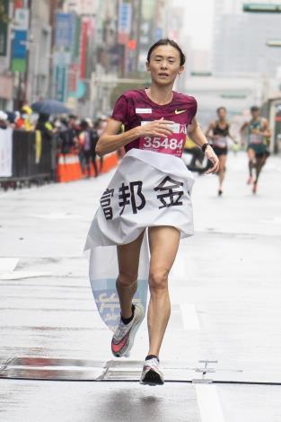 國內長跑好手謝千鶴以1小時15分17秒成績拿下半程馬拉松女子組冠軍。