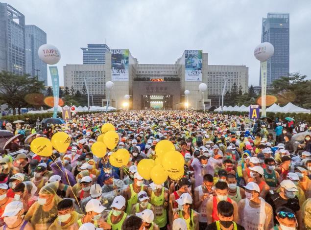 2020臺北馬拉松今天盛大開跑,共2萬8千名跑者一起勇感呼吸。(3)