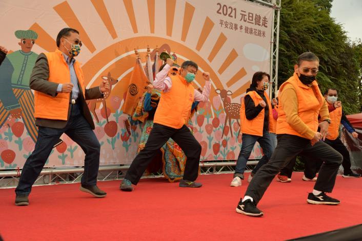 柯市長與貴賓一起作新年健身操-.JPG