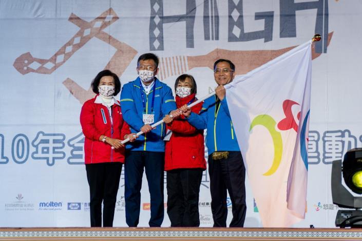 112年原民運主辦城市臺北市蔡副市長(右1)代表交接會旗