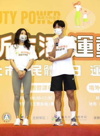 游泳選手王冠閎(右)與擊劍選手(左)分享平時運動訓練的經驗