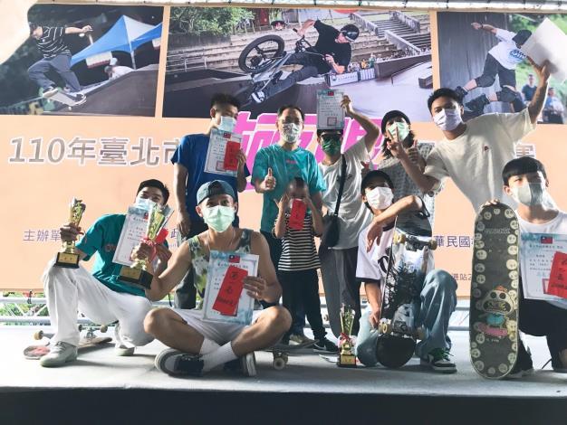 蔡炳坤副市長頒獎滑板組選手