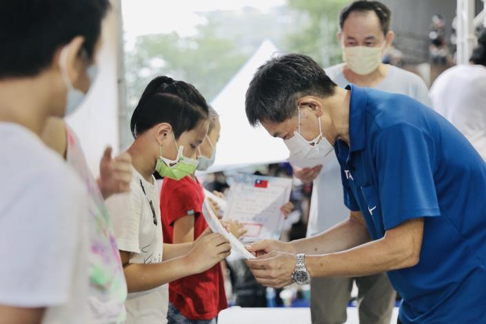 蔡培林副局長頒獎兒童組選手2