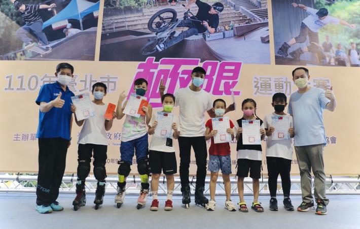 蔡培林副局長 姜志明理事長頒獎兒童組選手2