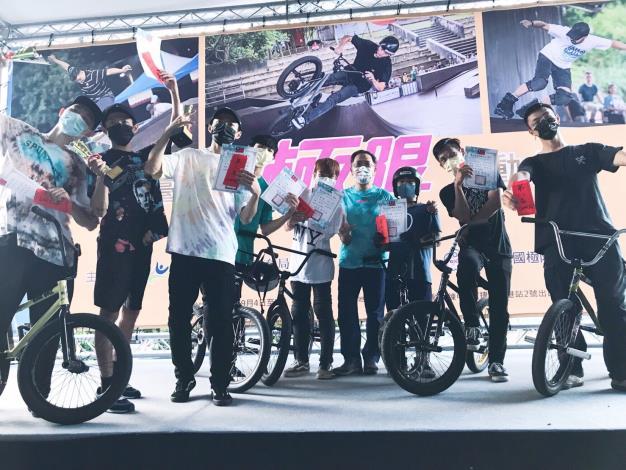 蔡炳坤副市長頒獎極限單車組選手