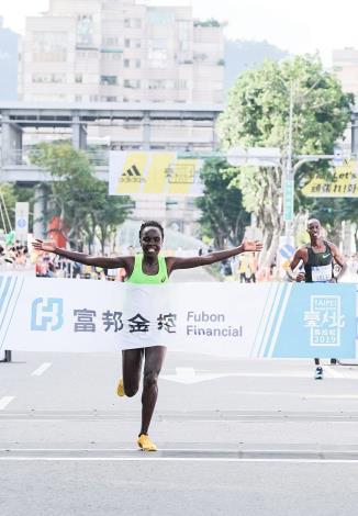 馬拉松組國際女子冠軍,來自肯亞的ANTONINA KWAMBAI