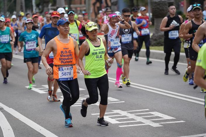 視障跑者與視障陪跑員努力參賽