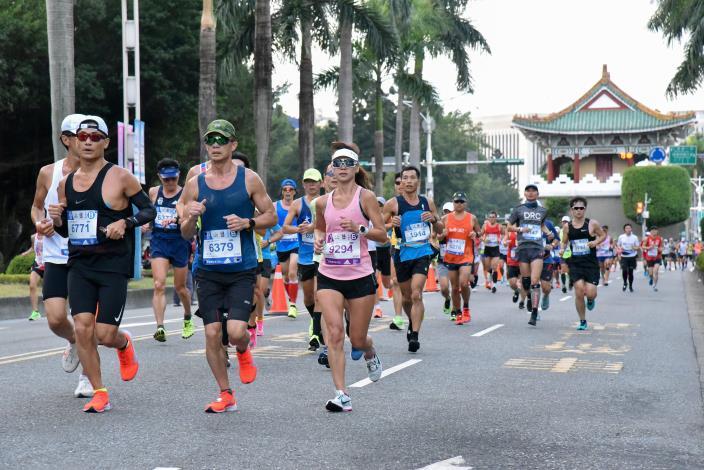 選手們跑經中山南路