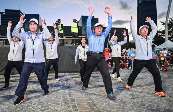 臺北市柯市長文哲認真的參與暖身操活動,準備為選手鳴槍起跑