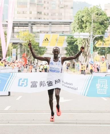 馬拉松組國際男子冠軍,來自肯亞的Kenneth Mburu MUNGARA