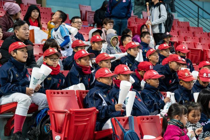 東國國小為球隊加油
