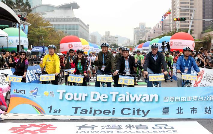 4:環台賽第一站,長官領騎前合影。中華民國自由車協會/提供。