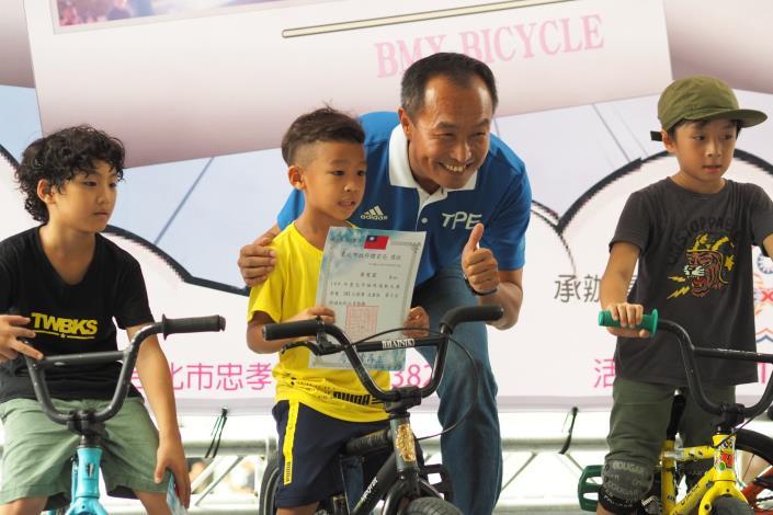 極限開幕儀式_局長頒發極限單車兒童組獲獎選手