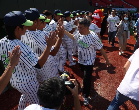 【天母棒球場人工草皮完工紀念賽】 柯文哲市長為臺北興富發棒球隊擊掌加油