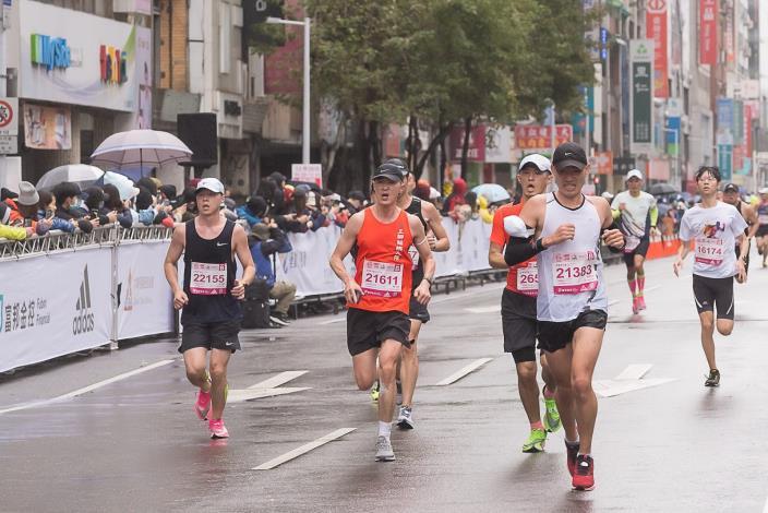 南京東路觀眾、跑者齊聚