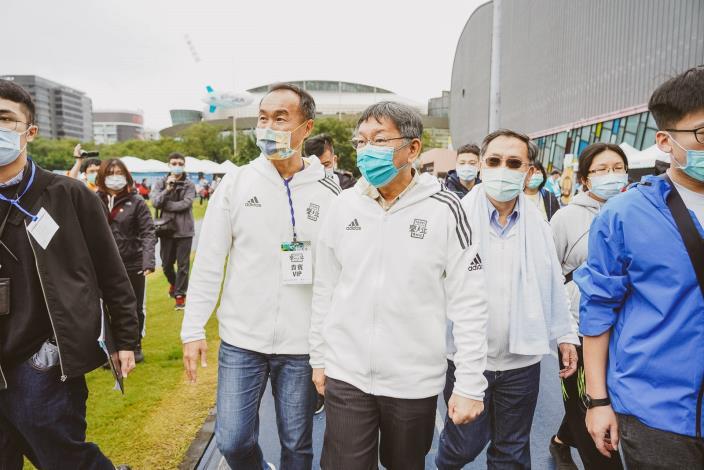 市長、體育局李局長於活動會場為跑者、贊助商等致意