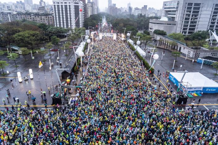 約2萬8,000名跑者開跑