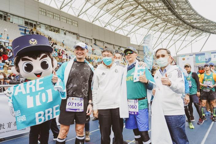 市長親臨臺北田徑場為完賽跑者披毛巾、掛獎牌