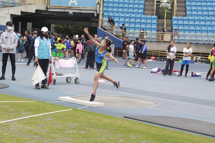 雙連國小選手投擲鉛球.JPG