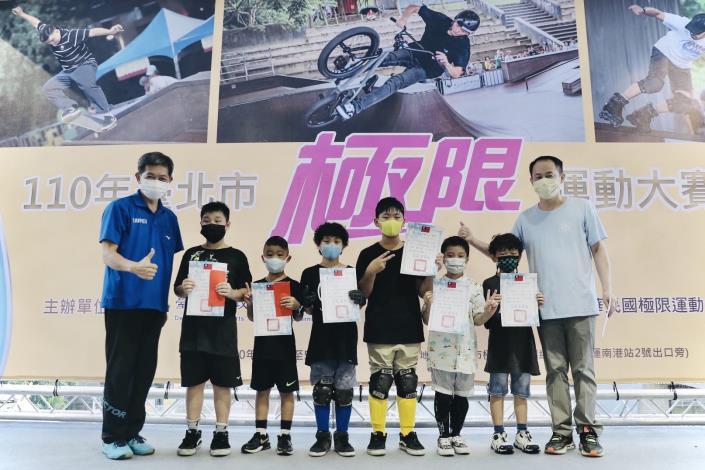 極限開幕儀式_本局蔡培林副局長為兒童組獲獎選手大合照