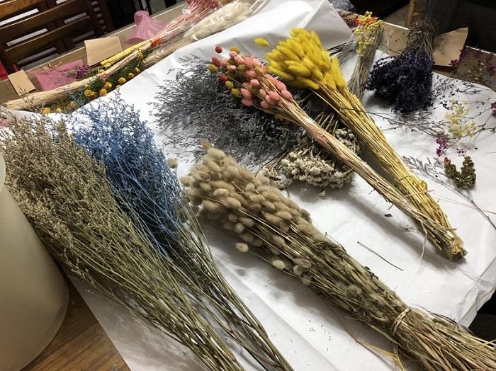 透過花藝手作職人指導的DIY課程,感受花材之美。