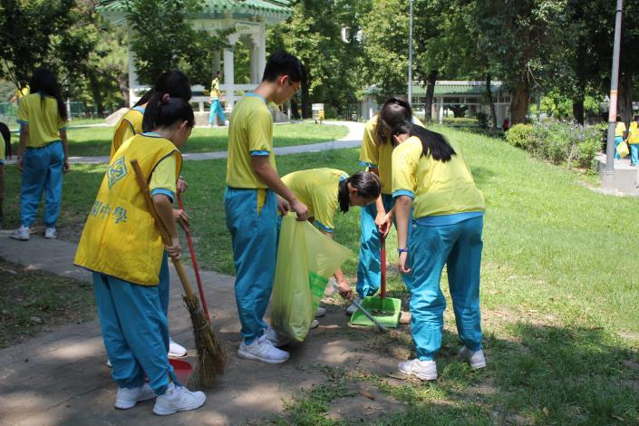 薇閣高中學生打掃復興公園.JPG[開啟新連結]