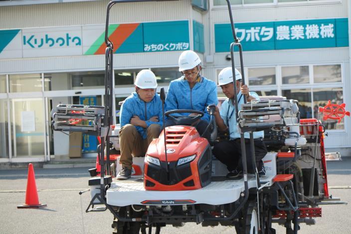 圖7學生在久保田農業機械公司進行秧苗機操作學習.JPG