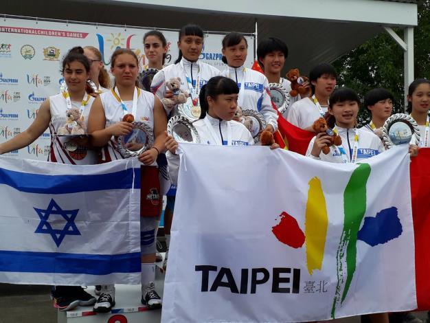 我隊勇奪本項賽事金牌由烏法市市長(前排右一)親自頒獎