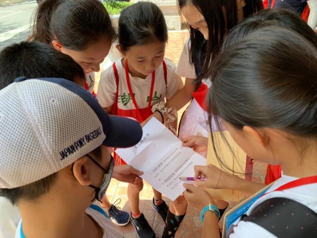 小組出發後迫不及待地打開老師給的任務單1