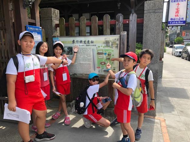 學生抵達「東線鐵道遺址」