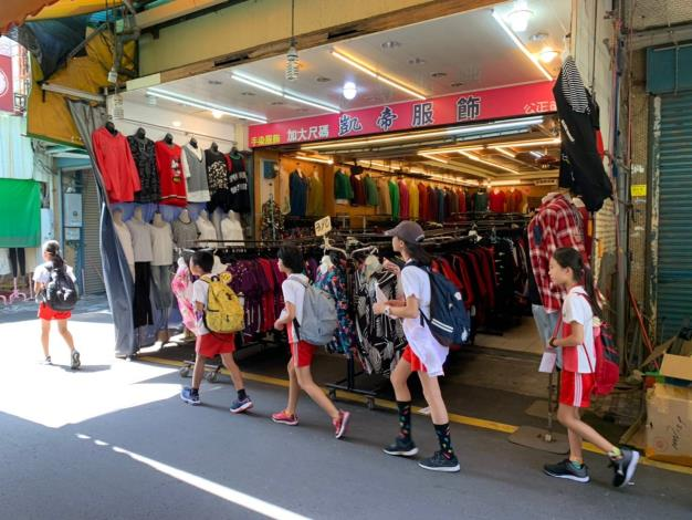 學生分組在花蓮市區進行自主學習1