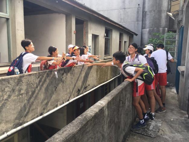 不同組的學生在「舊南京郵局宿舍」相遇,開心打招呼