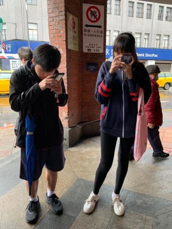 1081206視障者城市定向競賽(學生使用手機查詢路線)