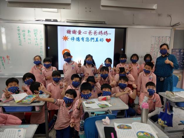 全校師生每人都拿到一個布口罩_