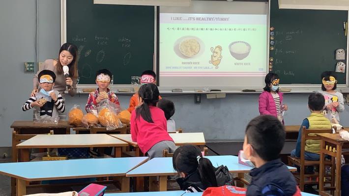 a-2-2._老師讓學生盲測品嘗體驗不同種類爆米香(白米香.糙米香.麥仔香).並請學生猜一猜其