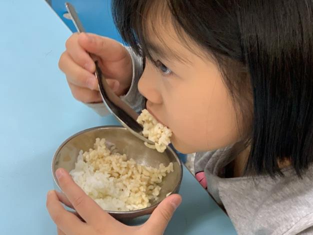 a-3-3._老師讓學生品嘗白米和糙米煮成的白米飯和糙米飯差異.並說一說哪一種飯比較好吃