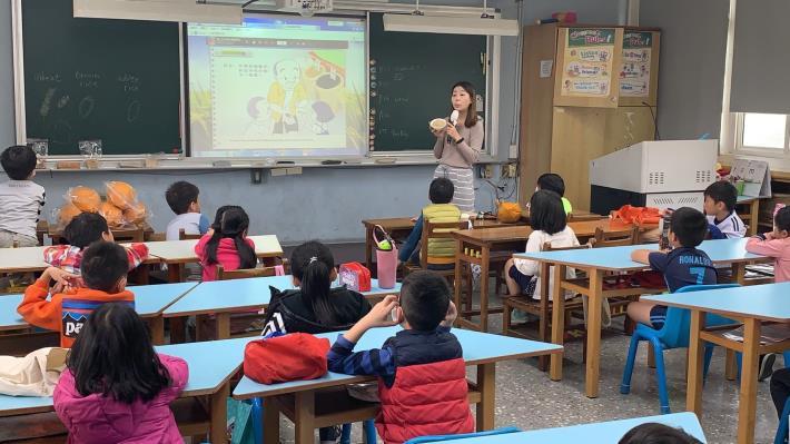 a-3-1._老師展示白米和糙米煮成的白米飯和糙米飯