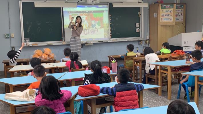 a-2-1._老師展示不同原料(白米.糙米.小麥)所製成的爆米花成品(白米香.糙米香.麥仔香)的差